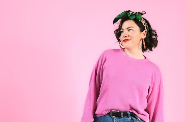 Женщина красивого битника необычная смотря левый розовый космос экземпляра стены. современная модная женская.