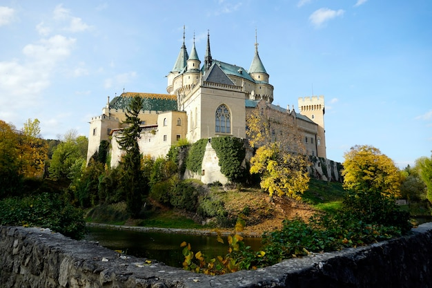 Красивый исторический замок бойнице в словакии в дневное время