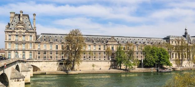 Красивые исторические здания парижа и один из старейших королевских мостов через реку сену.