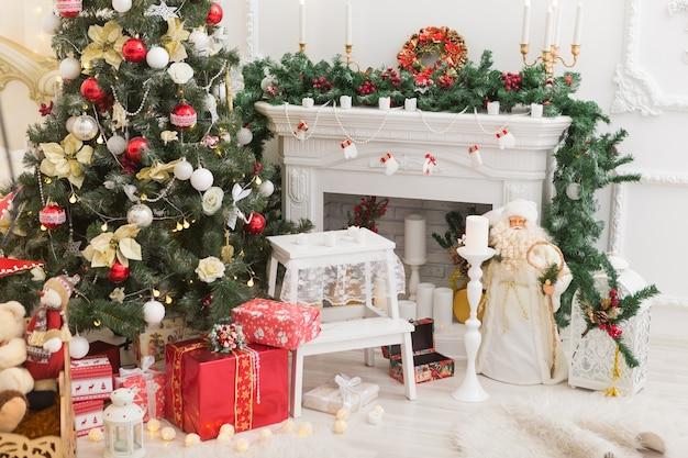 Красивый холдинг украшенный интерьер комнаты с елкой и подарками