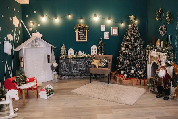 아름다운 holdiay 장식 된 객실에는 크리스마스 트리와 그 아래에 선물이 있습니다. 장식의 다른 요소