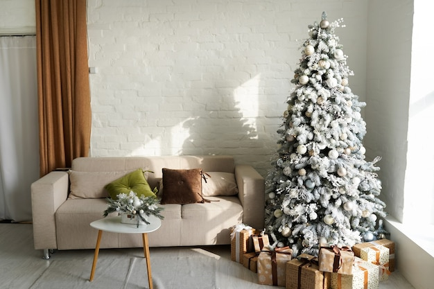 Красиво оформленная комната с елкой с подарками под ней