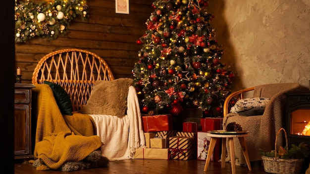 크리스마스 트리가 있는 아름다운 휴가 장식 객실입니다. led 조명, 아늑한 가정 장면. 아무도 없어.