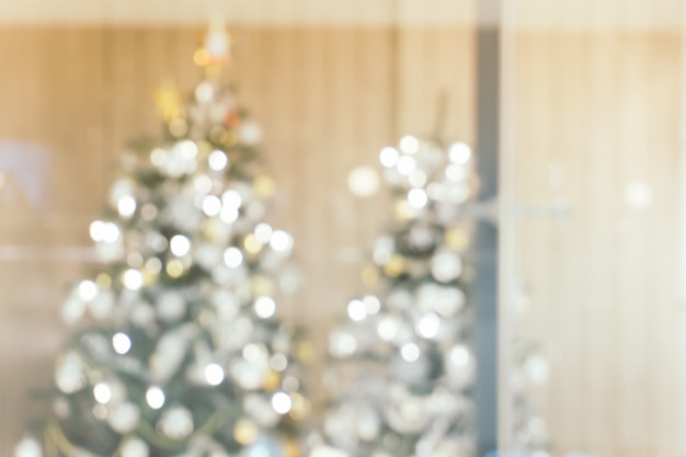 사진 배경에 초점을 맞춘 크리스마스 트리가있는 아름다운 휴가 장식 방