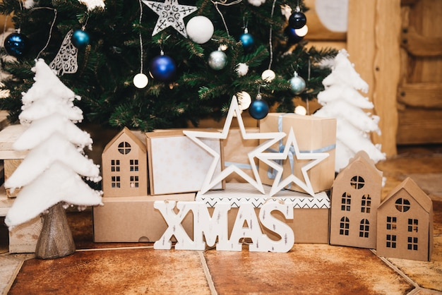 크리스마스 트리가있는 아름다운 휴가 장식 방