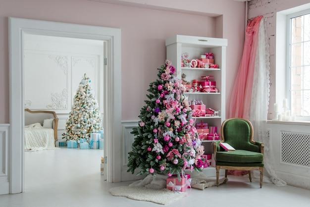Красивые празднично оформленные комнаты с елкой