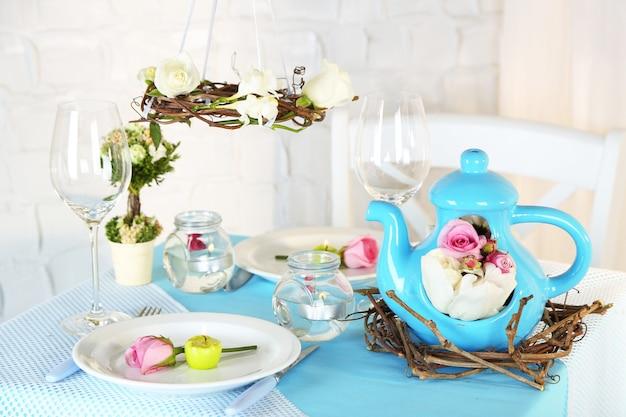 Красивая праздничная сервировка стола пасхи в голубых тонах, на свете