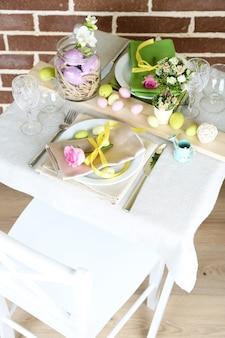 明るい上で、美しい休日のイースターテーブルの設定