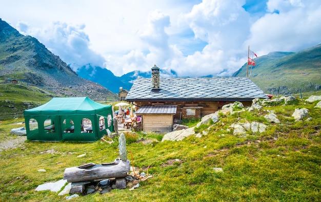 夏のアルプスの美しい別荘