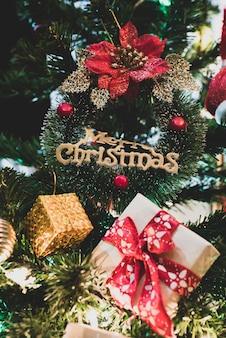 산타와 함께 아름 다운 집 장식 된 크리스마스 트리