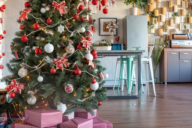 크리스마스 축하 빨간색 장식된 크리스마스 트리를 위해 장식된 주방의 아름다운 홈 인테리어
