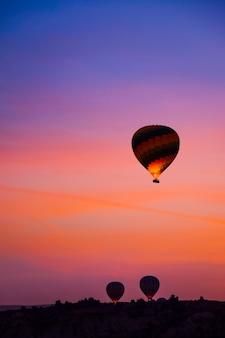 Красивые воздушные шары летать над каппадокии пейзаж на рассвете