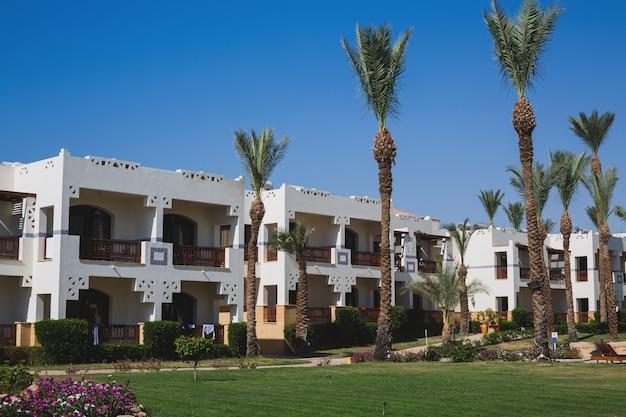Красивая территория отеля. белая архитектура в египте