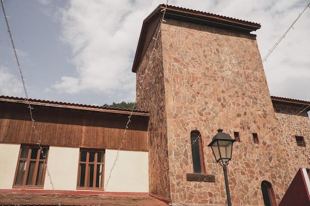 Красивый дом у подножия горной усадьбы среди природы живут поближе к природе рядом с лесом.