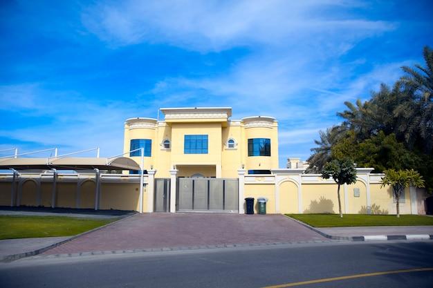 大きな入り口のある美しい家