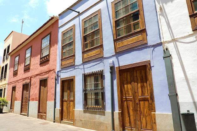 サンクリストバルデララグナ、テネリフェ島、スペインの通りの美しい家。