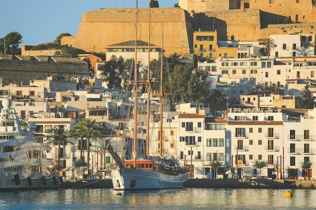 朝は青い地中海の街の景色を望む美しいイビサの町