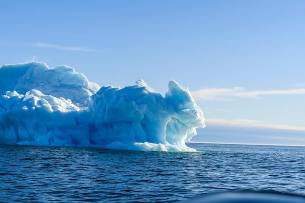 晴れた日の北極海の美しい氷山。海氷の大きな部分がクローズアップ。