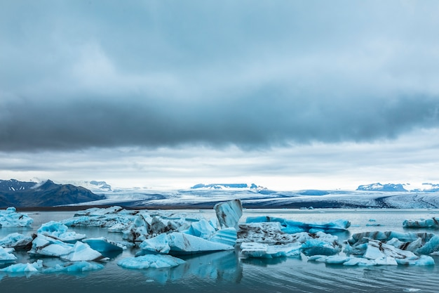 Красивые айсберги ледяное озеро йокулсарлон в золотом круге южной исландии