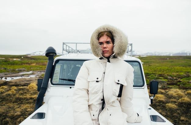아이슬란드에서 풍경을 즐기고, 차 창 밖을 보면서 아름다운 아이슬란드 소녀