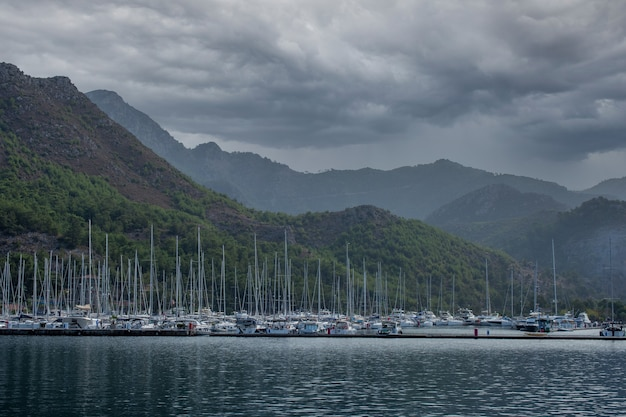 아름 다운 목가적 인 산 풍경 바다. 해안 바위 위에 폭풍우 구름. 바다 위에 극적인 하늘.