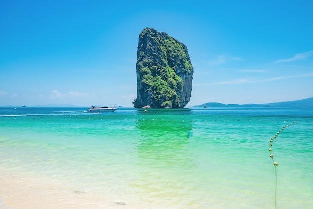 Красивый идиллический морской пейзаж и белый песок на острове ко-пода, город краби, тайланд. краби - на юге таиланда - одно из самых расслабляющих мест на планете.