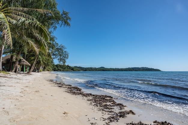 Красивый идиллический вид на морской пейзаж на острове кохкуд в низкий сезон. ко куд, также известный как ко кут, - остров в сиамском заливе.