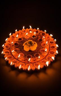 夜の美しい照らされたテラコッタディワリディヤプレート、不機嫌そうな照明、選択的な焦点