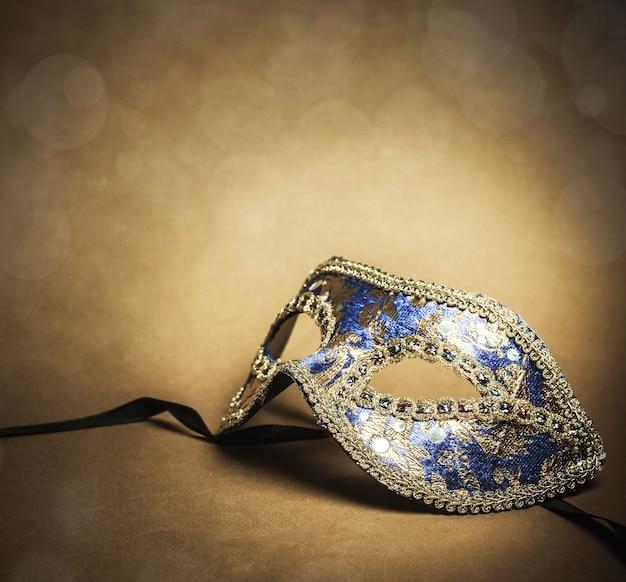 배경에 골드 카니발 마스크의 아름다운 이미지