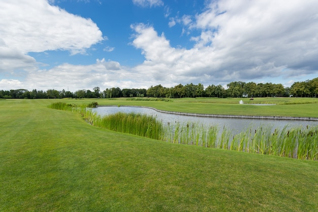 池のあるゴルフ場の美しい画像