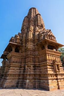 Красивое изображение храма кандария махадева, кхаджурахо, мадхьяпрадеш, индия с облаками голубого неба на заднем плане, всемирно известные древние храмы в индии, объект всемирного наследия юнеско.