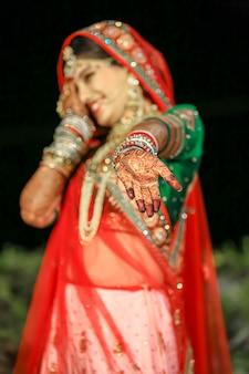 인도 결혼식에서 사리와 황금 보석을 착용한 아름다운 인도 신부