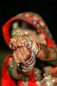 인도 결혼식에서 사리와 금색 보석을 착용한 아름다운 인도 신부