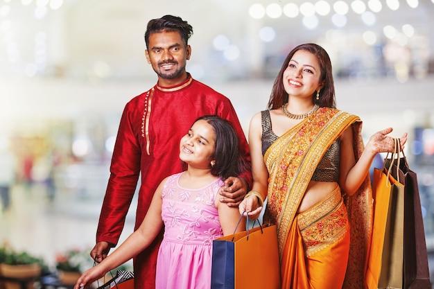 Красивая индийская семья идет за покупками в торговый центр