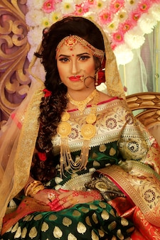 웨딩 드레스와 함께 아름 다운 인도 소녀 힌두교 여자 모델