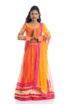 ナマステを招待または挨拶する歓迎の表現を持つ美しいインドの女の子