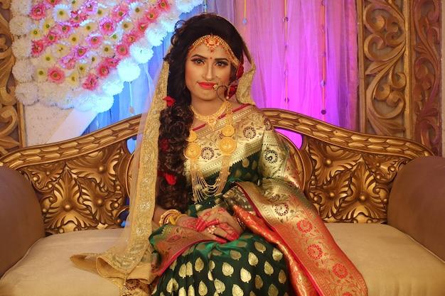 아름 다운 인도 소녀 쥬얼리와 함께 젊은 힌두교 여자 모델입니다.