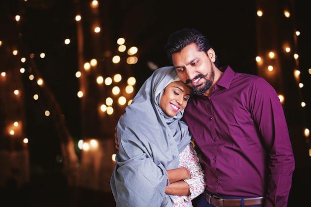 夜の美しいインドのイスラム教徒のカップル