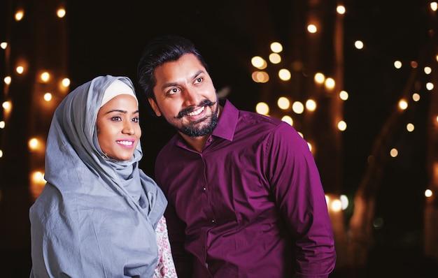 ラマダンの夜に美しいインドのイスラム教徒のカップル