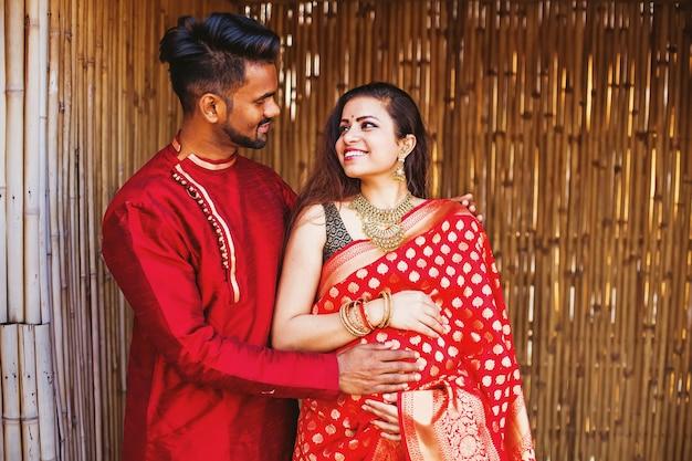 그 남편과 함께 아름 다운 인도 임산부