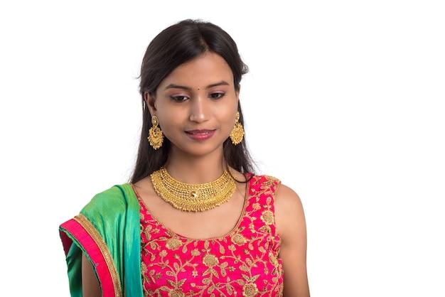 아름 다운 인도 전통 소녀 화이트에 포즈입니다.