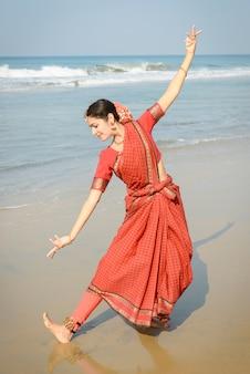 Красивая индийская женщина танцор в традиционной одежде