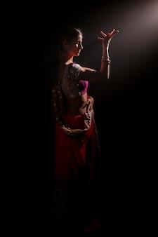 ボリウッドを踊る美しいインドの女性