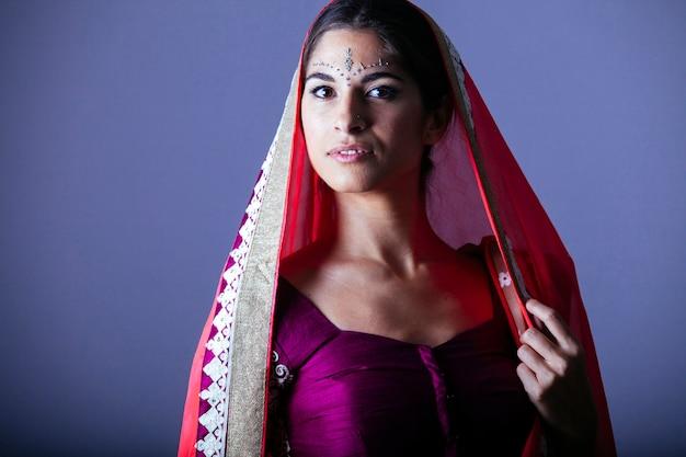 探している美しいインドの女性