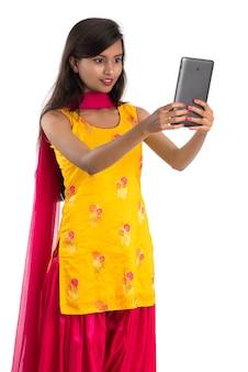 伝統的なサリーを身に着けている美しいインドの女性