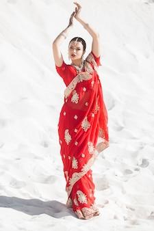 サリーを身に着けている美しいインドの女性。民族のインドの服を着た女性。