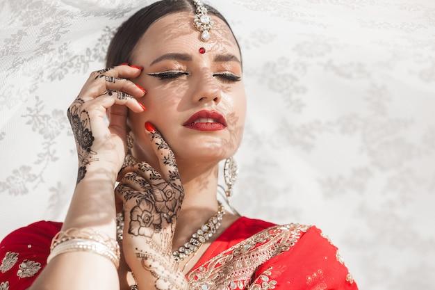 Сари красивой индийской женщины нося. женщина в этнической индийской одежде.