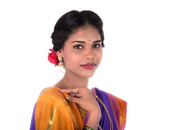 伝統的なインドのサリーでポーズをとる美しいインドの少女。