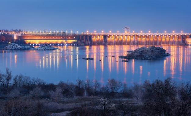 Красивый индустриальный пейзаж с гидроэлектростанцией