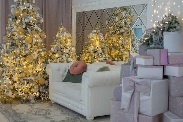 크리스마스 트리와 장식으로 크리스마스를위한 아름다운 인테리어